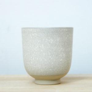 Tasse en grès émaillé blanc à effets fait main