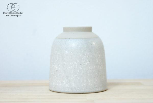 Tasse en grès émaillé blanc à effets poterie artisanale