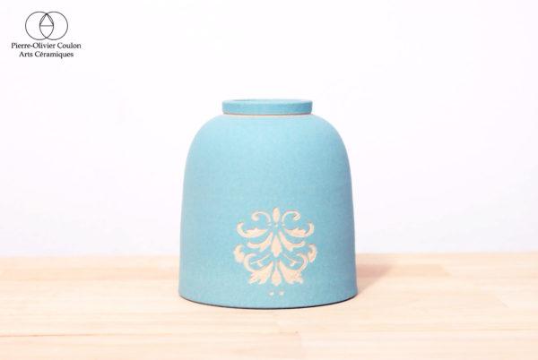 Tasse en grès engobé poterie artisanale décor gravé