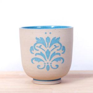 Tasse en grès engobé décoré fabriqué en France